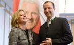 Elisabeth Kaufmann-Bruckberger mit Ernest Gabmann jr. vor dem Bild ihres Parteigründers Frank Stronach. / Bild: (c) APA/Jae