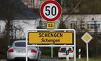 Ein Straßenschild am Ortseingang zum Luxemburger Schengen. / Bild: REUTERS