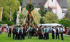 Auch das ist eine Vereinsaktivität. Hier in Aktion: die Pranger Schützen vor dem Schloss Aigen bei Salzburg. / Bild: (c) APA/BARBARA GINDL (BARBARA GINDL)