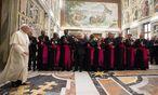 Der Papst bekommt nicht nur Applaus von seinen Bischöfen und Kardinälen. / Bild: (c) APA/EPA/OSSERVATORE ROMANO / HAN