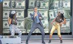 Hüftschwünge, für die sich seine Tanztutorin schämt: George Clooney als TV-Moderator, der mit Tänzchen auf seine dubiosen Anlagetipps einstimmt – bis ein durch sie Ruinierter die Sendung stürmt . . . / Bild: (c) Sony Pictures