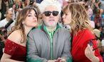 """Almodovar zwischen den SChauspielerinnen Adriana Ugarte (links) und Emma Suarez, den Stars seines neuen Films """"Julieta"""", heuer bei den Filmfestspielen in Cannes  / Bild: (c) APA/AFP (VALERY HACHE)"""