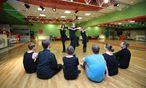 In der Tanzschule Arthur Murray in Wien beugt man bei fröhlichen Rhythmen einem Burn-out vor. / Bild: Stanislav Jenis