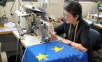 Frau naeht EU-Fahne / Bild: (c) www.bilderbox.com (BilderBox.com)