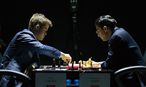 Magnus Carlsen und Viswanathan Anand / Bild: APA/EPA/YEVGENY REUTOV