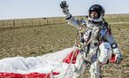 Wieder zurck auf der Erde: Felixbaumgartner ist erleichtert. / Bild: (c) AP/Balasz Gardi