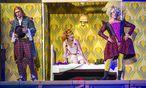 """Buntes Treiben in """"Le nozze in sogno"""": Arianna Vendittelli als Lucinda, Bradley Smith (links) als ihr liebeskranker Bruder, Rodrigo Sosa Dal Pozzo als ihr (als Frau verkleideter) Liebhaber. / Bild: (c)  Innsbrucker Festwochen"""