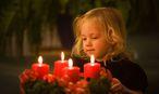 Kind mit Adventkranz zu Weihnachten / Bild: Erwin Wodicka - BilderBox.com