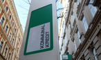 The logo of Kommunalkredit is pictured in front of its headquarters building in Vienna / Bild: REUTERS