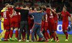 Roger Schmidt feiert mit seinen Leverkusnern den Einzug in die Champions League. / Bild: (c) REUTERS