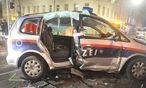 Die beiden Beamten mussten von der Feuerwehr aus dem Fahrzeug geborgen werden.  / Bild: (c) LPD Wien
