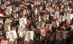 Anhänger der Muslimbrüder und des gestürzten ägyptischen Präsidenten Mursi bei einer Protestaktion in Kairo. / Bild: (c) REUTERS (Khaled Abdullah)