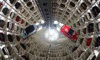 Die Auslieferung bei VW in Wolfsburg lief 2014 auf Hochtouren: Der Konzern setzte erstmals mehr als zehn Millionen Autos ab. / Bild: (c) APA/EPA/SEBASTIAN KAHNERT (SEBASTIAN KAHNERT)