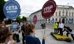 Eine Kundgebung gegen TTIP und CETA in Wien. / Bild: APA/ROLAND SCHLAGER