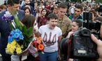 Die Kampfpilotin nach ihrer Ankunft am Kiewer Flughafen. / Bild: REUTERS