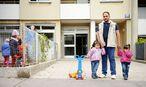 """Der irakische Arzt Mustafa J. mit den beiden Kindern Rayan und Razan in ihrem neuen Zuhause in Wien-Penzing: """"Ein Tag und mein ganzes altes Leben war zerstört."""" / Bild: Die Presse"""