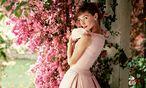 """Romantisch. Audrey trägt Givenchy am Filmset von  """"Krieg und Frieden"""", 1955. / Bild: (c) Beigestellt"""