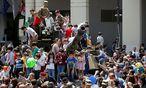 Kinder auf einem Panzer während des Unabhängigkeitstages. / Bild: (c) REUTERS (DAVID MDZINARISHVILI)