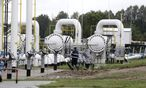A specialist walks past pipes from Latvijas Gaze´s underground gas storage facility in Incukalns / Bild: (c) REUTERS (INTS KALNINS)