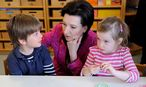 Heinisch-Hosek zu Besuch in einem Kindergarten / Bild: Die Presse