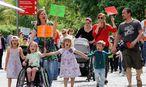 Etwa 100 Eltern und ihre Kinder demonstieren in Dortmund / Bild: imago/Friedrich Stark