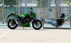 Knapp 40 PS, die aussehen wie das Dreifache: Kawasaki Z300 nebst mäßig gefordertem Reiter. / Bild: Die Presse