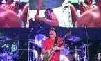 """Carlos Santana kam zwar nicht mit seiner Originalband, begann aber seinen Auftritt im Geiste von 1969 mit dem """"Woodstock Intro"""", / Bild: (c) APA/HERBERT PFARRHOFER"""
