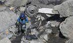 Ein Rettungsarbeiter inspiziert Wrackteile, die beim Absturz der Germanwings-Maschine an schwer zugängliche Stellen geschleudert wurden. / Bild: (c) REUTERS