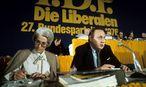 Hildegard Hamm-Brücher mit dem damaligen Außenminister und Parteikollegen Hans Dietrich Genscher beim FDP-Bundesparteitag im Jahr 1976. / Bild: (c) imago/Sven Simon (imago stock&people)