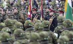 Parade zum estnischen Nationalfeiertag in Narwa in dieser Woche: Niederländische und britische Soldaten zeigten in der Grenzstadt zu Russland demonstrativ Flagge. / Bild: (c) REUTERS (INTS KALNINS)