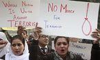 Nach dem Schulmassaker der Taliban fordern Demostranten die Todesstrafe für Terroristen. / Bild: REUTERS