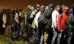 Wohin? Flüchtlinge mit ihren Habseligkeiten in Calais / Bild: REUTERS
