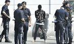 Polizisten bei der Festnahme eines mutmaßlichen Dealers entlang des Wiener Gürtels / Bild: APA/HANS KLAUS TECHT