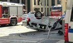 Auto überschlug sich: drei leicht Verletzte. / Bild: APA/Berufsrettung Wien