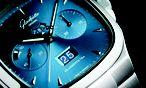 """Glashütte Original, """"Seventies Chronograph Panoramadatum"""". Der sportlich-elegante Chronograf wird in einem 40 x 40 mm großen und 13,5 mm hohen und bis zu 100 Meter wasserdichten Stahlgehäuse angeboten. Gleich mehrere Varianten stehen zur Wahl: ein blaues, dunkelgraues und silbernes Zifferblatt und ein Gummi-, Alligatorleder- und Stahlband. Die Preise beginnen bei 12.200 Euro. / Bild: (c) Beigestellt"""