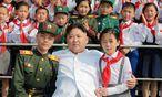 Der neue Vater der Nation. Kim Jong-un mit Schulkindern anlässlich des 70-Jahr-Jubiläums der Republik. / Bild: (c) REUTERS (KCNA)