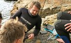 Tauchgang. René Redzepi taucht in Tasmanien nach Zutaten. Das Meer wird für das neue Noma im Winter essenziell sein. / Bild: (c) Beigestellt