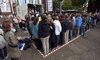 71 Menschen stellten sich in Bochum zuerst auf die 6 mal 2,50 Meter Freifläche und dann in den Lkw derselben Größe. / Bild: (c) REUTERS