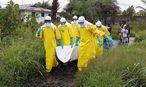 Ein Ebola-Opfer wird abtransportiert. Oft bleiben Kinder ohne Eltern zurück. / Bild: (c) APA/EPA/AHMED JALLANZO