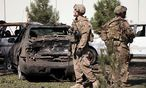 US-Soldaten inspzieren den Ort eines Terroranschlags in der afghanischen Hauptstadt Kabul / Bild: APA/EPA/HEDAYATULLAH AMID