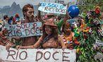 Proteste gegen die Umweltverseuchung in Rio. Ein Rückhaltebecken eines Eisenerzabbaubetriebes brach. 62 Millionen Kubikmeter Klärschlamm ergossen sich in den Rio Doce. / Bild: (c) APA/AFP/CHRISTOPHE SIMON (CHRISTOPHE SIMON)