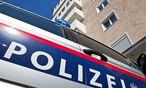 Ein Polizeiauto vor dem Haus, in dem der Tot gefunden wurde / Bild: (c) APA/FMT-PICTURES/WOLFGANG MOSER