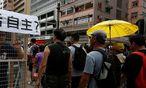 Gelbe Regenschirme sind Zeichen der Demonstranten.  / Bild: REUTERS