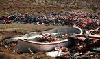 In Mithymna auf Lesbos liegen noch die Schwimmwesten der aus der Türkei in die EU gekommenen Flüchtlinge. / Bild: REUTERS