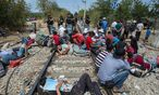 Flüchtlinge an der Grenze von Mazedonien und Griechenland / Bild: APA/EPA/NIKOS ARVANITIDIS