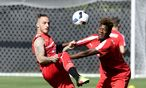 Arnautović und Alaba – zwei Fußballer wie Pech und Schwefel. / Bild: APA/AFP/TOBIAS SCHWARZ