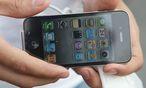 Ein chinesischer Handy-Dieb schickte seinem Opfer nach einer Droh-SMS dessen gespeicherte Kontaktdaten. / Bild: (c) EPA/DANIEL BARRY