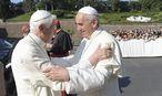 Benedikt und Franziskus (hier auf einem Archivbild) werden einige Tage gemeinsam in Castel Gandolfo verbringen. / Bild: (c) Reuters