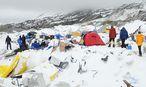 Ein Bild aus dem zerstörten Basislager am Mount Everest. / Bild: (c) APA/EPA/AZIM AFIF