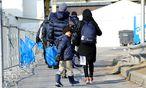 Symbolbild: In Spielfeld ankommende Flüchtlinge / Bild: (c) Clemens Fabry